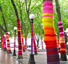 Le yarn bombing est un street art complètement novateur bien que nostalgique... Il consiste en effet à habiller le mobilier urbain et les arbres avec du tricot.  L'habillage reste éphémère, mais bien souvent plusieurs semaines après avoir été installés, les arbres et mobiliers urbains sont t