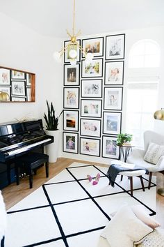love this black frame gallery wall in the piano room - Decor Collage Ideas Deco Design, Wall Design, House Design, Decoration Design, Design Design, Photowall Ideas, Diy Casa, Modern Lounge, Inspiration Wall