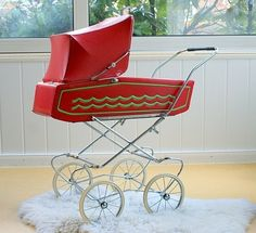 roter Puppenwagen original aus den 70ern     .. sehr guter Zustand mit altersbedingten Gebrauchsspuren wie leichten Roststellen, leichte Kratzer un...