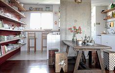 """A chef Cris Maccarone gosta de cozinhar para os amigos. As prateleiras de madeira de demolição têm mãos-francesas garimpadas por ela. """"Foi pensada para ser prática, com tudo à vista. Ficou estimulante para criar e comer"""", diz o arquiteto Carlos Verna"""