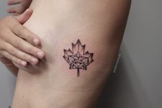 Little rib tattoo of a maple leaf by Alanna Mulé, tattoo artist based on Toronto. You can check her amazing work here.