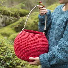 Crocheted Lingonberry Shopping Basket, Molla Mills for Lankava. The pattern is written in American English crochet terms. Get the pattern at www. Free Crochet, Knit Crochet, Crochet Storage, Time Shop, Basket Bag, Knitted Bags, Bag Storage, Crochet Projects, Straw Bag