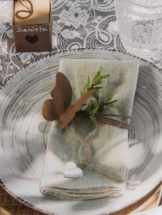 Una splendida idea per apparecchiare i tavoli di un matrimonio. Bomboniera e segnaposto colore avana. shopguerrini.com