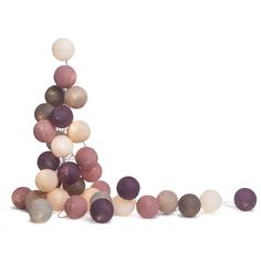 Guirlande lumineuse composée d'une guirlande en fil argent équipé d'un interrupteur et de 20 boules dans les tons parme et moka en fil de polyester encollé.Les boules de cette guirlande sont de d...