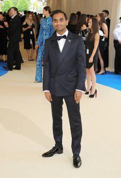 Aziz Ansari Um blazer transpassado dificilmente vai ser uma escolha equivocada para esse tipo de evento. Ainda mais quando respeita as regras de corte e caimento com tanta precisão. Aplausos para o comediante que levou o figurino tão a sério.