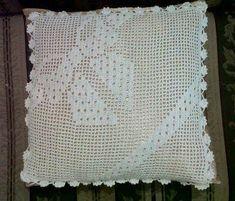 Lindas e criativas capas de almofadas feitas em crochê veja trabalhos lindissimos... Crochet Pillow Pattern, Crochet Cushions, Crochet Patterns, Crochet Doilies, Hand Crochet, Crochet Storage, Filet Crochet Charts, Crochet Ornaments, Decorative Pillow Covers
