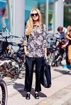Look all black e camisa floral, também de fundo escuro, deixa tudo mais interessante para o seu look de trabalho!