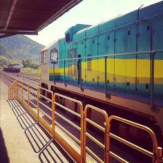 Viagem na estrada de ferro de Vitoria até Belo Horizonte (http://fomosdebike.blogspot.com.br/2012/08/viagem-de-trem-pela-estrada-de-ferro.html) / Sai de Cariacica, na região metropolitana de Vitória - ES / A maquina pequena, que leva o trem menor de Itabira a Drummond. Ao fundo, uma maquina grande, que leva dezenas de vagões de minério de uma vez só. Por @geekgirl84