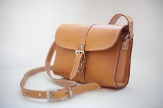 Handstitched vintage minimalist messenger bag auf Etsy, CHF87.55