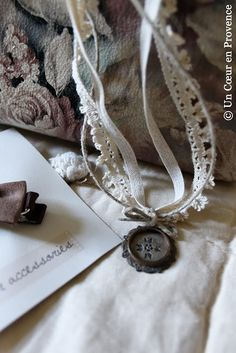love this, vintage lace for the necklace! Not sure where to find - need a bit more research. Vintage Lace, Vintage Jewelry, Handmade Jewelry, Textile Jewelry, Fabric Jewelry, Jewelery, Jewelry Necklaces, Diy Accessoires, Paper Lace