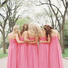 Inspirações super lindas para ajudar as madrinhas a escolherem seu vestido. Rosa é uma ótima pedida! Que tal seu vestido de madrinha rosa?