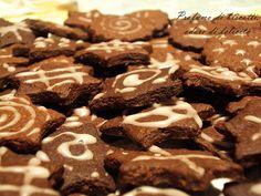 Biscotti al cioccolato fondente che si sciolgono in bocca,decorati con una semplice glassa di zucchero a velo per renderli ancora più golosi