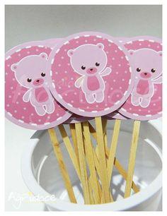 Kit com 13 toppers grandes de ursinha rosa para decorar cupcakes ou docinhos de festa. <br>Tamanho da arte: 5 cm. <br>Pronta entrega! Enviamos em até 3 dias úteis após confirmação de pagamento.