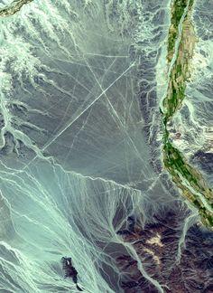 Géoglyphes de Nazca - Image satellite d'une zone où des géoglyphes de Nazca sont visibles.