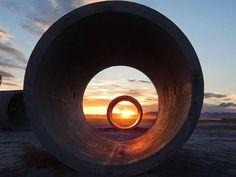 Sun Tunnels, Nancy HoltNancy Holt est la veuve de Robert Smithson, ce qui…