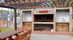 ¿Quérés hacer un buen asado? Tené en cuenta estos tips a la hora de construir la parrilla   La Voz Pergola, Loft, Outdoor Structures, Cabin, House Styles, Home Decor, Expanded Metal, Grilling, Floors