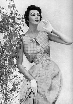 Dovima in a Mainbocher dress