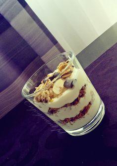 pyszne śniadanko jogurt z musli i migdalami idealny początek dnia