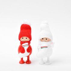 Nordika Design(ノルディカデザイン)の「ノルディカニッセ 靴下を抱えたふとっちょ女の子」2160円をご紹介します。キャラクターこけしとぬくもりの木の人形の通販サイト te-nori(てのり)からお届けします。