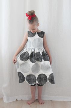 Hem makes all the difference! A dress made of old tablecloth. Girls Dresses, Flower Girl Dresses, Summer Dresses, Darning, Dress Making, Sewing, Wedding Dresses, How To Make, Kids