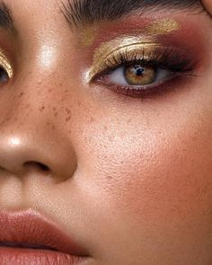 We've found the stunning gold eyeshadow looks for you to try out, plus amazing gold eyeshadow palettes. The ideas are flowing already.