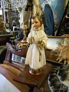 Hermoso niño Jesús en talla de madera. Imagen de vestir o cap y pota