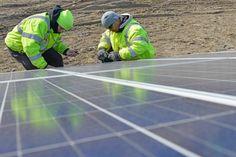 Mennyibe kerül háztetőre szerelt napelemekkel termelni az áramot? Annyiba, vagy még kevesebbe, mint a hagyományos áramszolgáltatóktól vásárolni – legalábbis az Egyesült Államok tíz