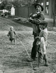 André Kertész    Wandering Violinist, Albony, Hungary, 1921. Vid análisis de Barthes en la cámara lúcida: studium y punctum.