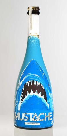 Botella de Cerveza MUSTACHE (JAWS) pintada a mano por Dokidoki Planet. De venta en dokidokiplanet.com