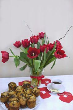#aranjament #buchetlalele rosii si #briosedepost  #dulciuriciocolata My Flower, Flower Arrangements, Bouquet, Table Decorations, Garden, Home Decor, Sweets, Floral Arrangements, Garten