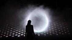 Light Barrierは「ホログラム」や霧の投影画像とは対照的に、空間に3次元の形を定義することができるユニークな技術だ。