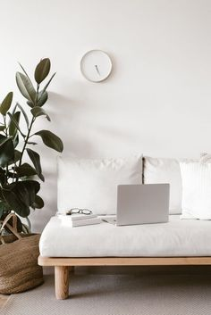 Minimalist Guide: beginner and advanced tips on how to simplify your life - - A minimalist guide with minimalism tips for beginners or for those with more experience. Teaches you steps to simplify your life and how to be a minimalist. Minimalist Apartment, Minimalist Home Decor, Minimalist Lifestyle, Minimalist Interior, Modern Minimalist, Minimalist Design, Minimal Home Design, Minimalist Living Tips, Deco Addict