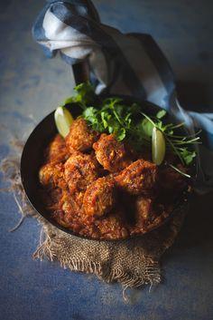 spicy bulgur meatballs in tomato-tamarind sauce | Almôndegas de bulgur com especiarias em molho de tomate e tamarindo by Filipe Lucas Frazão...