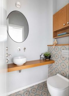 איך ליצור אווירה נעימה בבית? התשובה לפניכם Guest Toilet, House Design, Mirror, Bathrooms, Furniture, Home Decor, Decoration Home, Bathroom, Room Decor