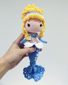 Whoever is inside the world of DIY knows that one of the main trends of the moment is the amigurumi. Very famous worldwide, the amigurumi arrived in Crochet Fairy, Crochet Mermaid Tail, Cute Crochet, Knitted Dolls, Crochet Dolls, Crochet Doll Pattern, Crochet Patterns, Mermaid Toys, Crochet Disney