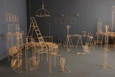 Janusz Grünspek est un artiste polonais qui réalise d'incroyables oeuvres juste avec des baguettes de bois et de la colle.  Les objets du quotidien sont réalisés à l'échelle 1, seules les lignes et les contours sont traités par Janusz Grünspek. Les objets semblent dessinés dans l'espace, la multitude de lignes trouble notre vision et le rendu est juste merveilleux
