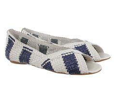 Zapato estilo bailarina fabricada en piel ovino con diseño trenzado bicolor y puntera abierta.