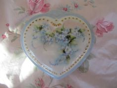 Shabby-Chic-Porcelain-Heart-Trinket-Box-Hand-Painted-Blue-Forget-Me-Nots-Floral
