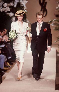 Laetitia Casta ferme le défilé Yves Saint Laurent haute couture printemps-été 2001