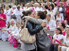Un couple de lesbienne qui s'embrasse devant une manif anti-gai en France