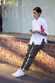 Weiße Bluse kombinieren lässig mit Sneakers