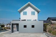 """Construido en 2015 en Shizuoka, Japón. Imagenes por Takumi Ota. Un concepto de esta casa es una """"nueva apertura"""" en zonas residenciales densamente urbanizadas. El sitio está rodeado por las casas de los vecinos,..."""