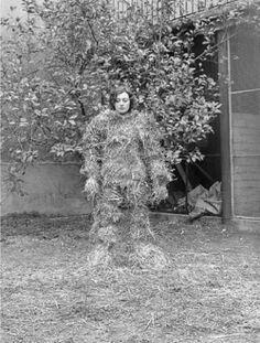 FINA MIRALLES –  Relacions. relacions del cos amb elements naturals: cobriment del cos amb palla, 1975.