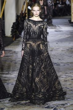 The complete Zuhair Murad Spring 2018 Couture fashion show now on Vogue Runway. Style Couture, Couture Fashion, Runway Fashion, Fashion 2018, Fashion Week, Elie Saab, Beautiful Gowns, Beautiful Outfits, Collection Couture