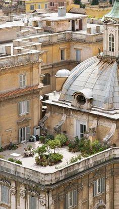 Rooftop garden in Roma... Más
