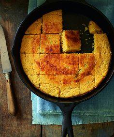 コーンの甘味がほっこり和む、アメリカのママの味「コーンブレッド」。  意外と簡単なレシピとおいしい食べ方をご紹介します!
