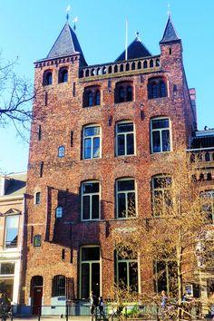 Het stadskasteel Oudaan werd omstreeks 1275 gebouwd voor de familie Zoudenbalch. De naam van het kasteel herinnert aan de familie Van Houdaen die het huis in de 15e eeuw bewoonde. Het kasteel bestaat uit een traptoren en twee achter elkaar staande zijhuizen. De toren, de kantelen en het hoektorentje geven het huis een kasteelachtig aanzien. Na een grondige restauratie in 1988 heeft een grand-café er een monumentaal onderkomen gevonden.