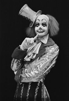 Vintage Circus clown- creepy then and creepy now! Gruseliger Clown, Circus Clown, Creepy Clown, Circus Theme, Creepy Circus, Circus Acts, Circus Music, Clown Suit, Creepy Carnival