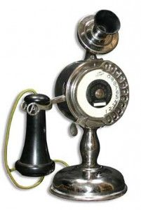 1905 earliest candlestick phone ~Via Maggie Wilson Antique Items, Vintage Items, Phone Ringtones, Les Inventions, Antique Phone, Retro Phone, Telephone Booth, Vintage Phones, Old Phone