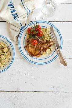 Ingredience: vepřové maso 4 kusy (kotlety), česnek 3 stroužky, rozmarýn 3 snítky, vývar kuřecí 200 mililitrů, cuketa 1 kus (menší), kuskus 400 gramů, rajčata koktejlová 2 hrsti, olej 5 lžic, sůl, pepř.